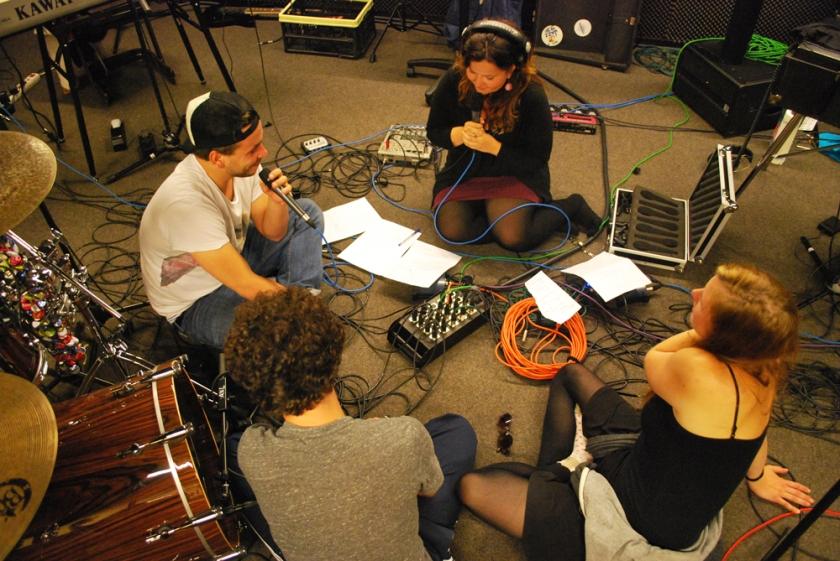 Johannes Meißner, Axel Meier und Lena Schmidt (von links nach rechts) im Interview mit Antje Benda. (Maximilian Hirning ist schon im Bett.)