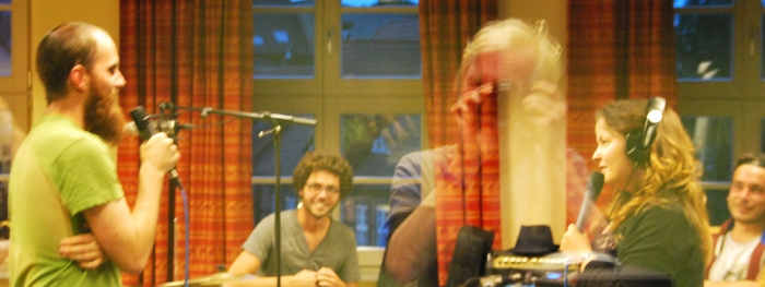 Maximilian Hirning (links) Bass bei Johannes Meißner testet mit Antje Benda das Mikro.