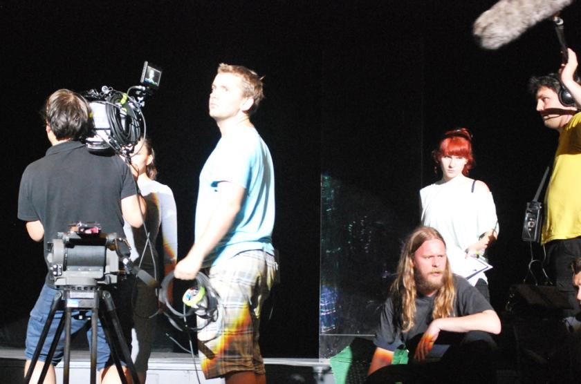 Thomas Wüstemann (Blond mit Bart) wartet auf Ruhe am Set von 'Aureole'. Foto: Antje Benda