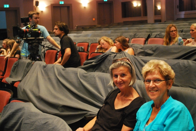 Karin Geisler und Inge Kärgel - Schon zum zweiten Mal Komparsen bei Dreharbeiten der Rostocker Schule Foto: Antje Benda